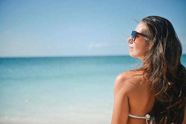 femme bronzant à la mer