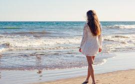 une femme avec robe courte sur la plage