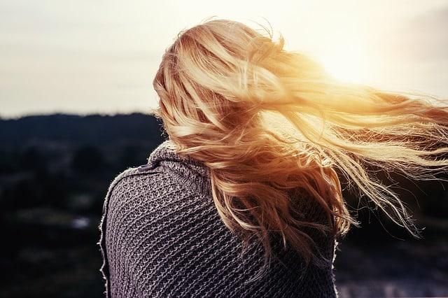 Les pellicules dans les cheveux finissent par augmenter les démangeaisons tout en étant très peu esthétiques. Il est important de trouver des solutions pour les éliminer durablement.