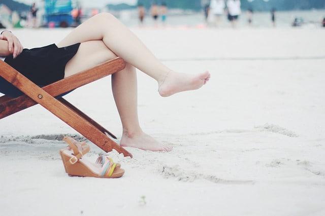 jambes rasées sur la plage