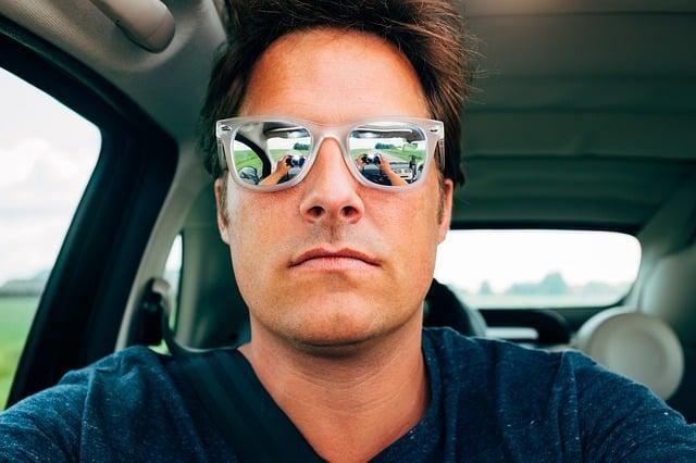 homme avec lunettes de soleil