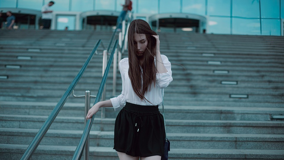 femme en jupe avec culotte menstruelle
