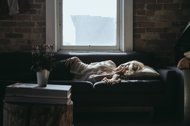 femme fatiguée sur le canapé