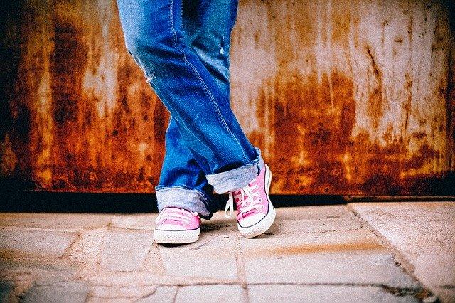 jambes de femme avec un jean et converses