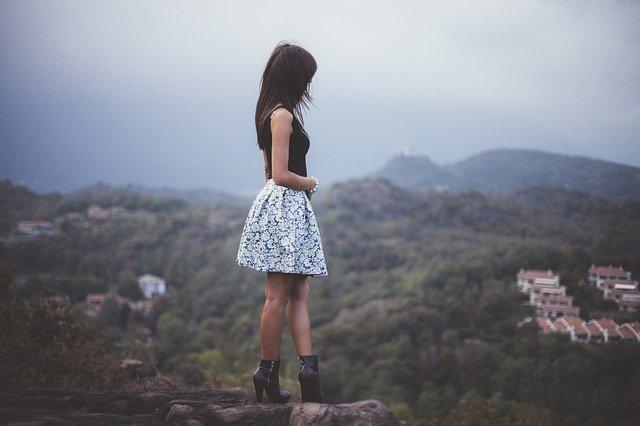 une femme en jupe