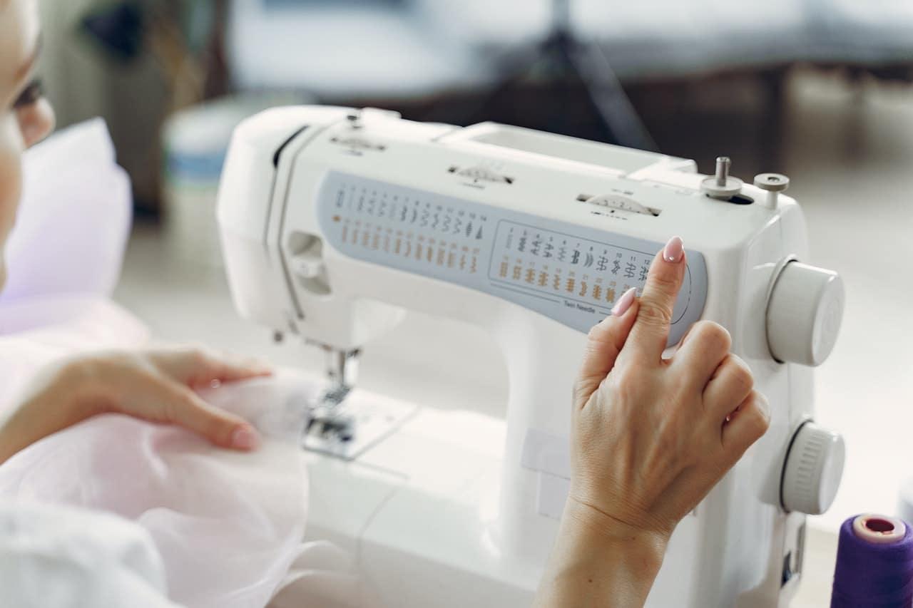 Machine à coudre électronique ou manuelle pour plus de facilité d'utilisation