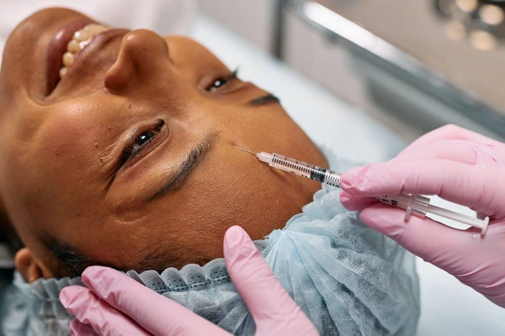 Femme faisant une opération esthétique, injection d'acide hyaluronique