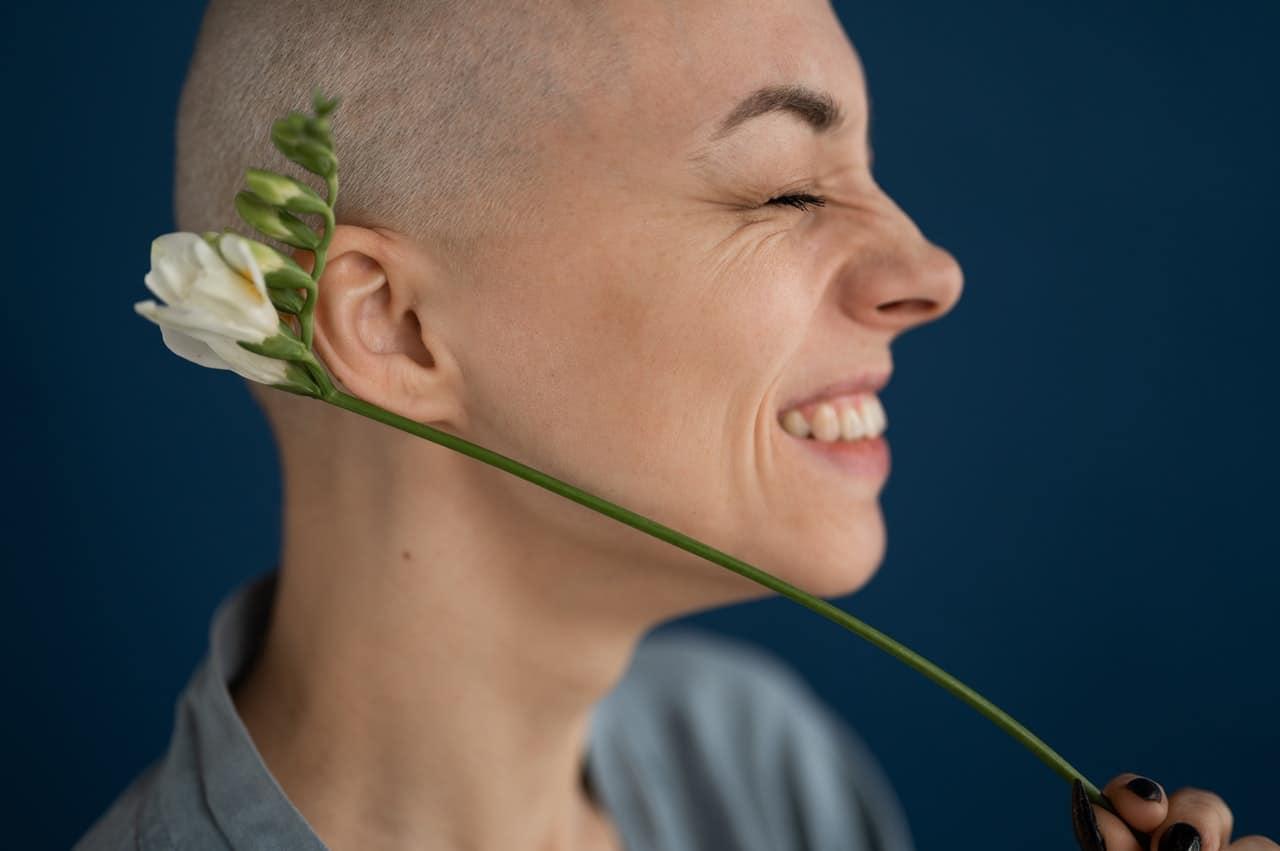 Femme souriante aimant sa beauté, malgré ses rides