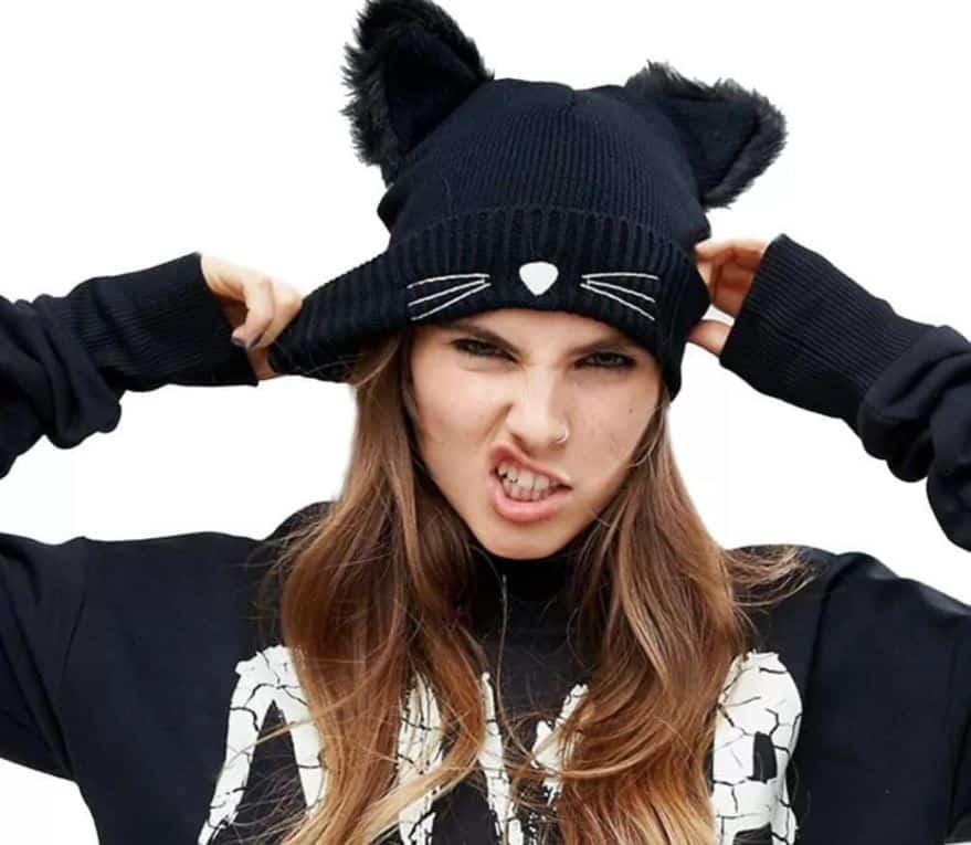 Femme style rock, portant un bonne avec des oreilles de chat
